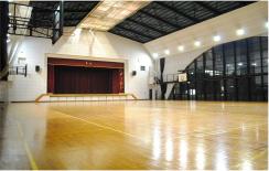 光が差す明るい体育館